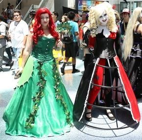 Now we know how Poison Ivy and Harley Quinn will look on their wedding day. | 23 Gorgeous Anime Expo Costumes That Are Better Than A Wedding Dress