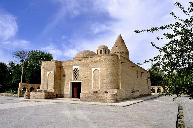 El Mausoleo de Chashma-Ayub es un mausoleo, el museo y la construcción del culto. El mausoleo se encuentra en el centro de Bujara (Bukhara).