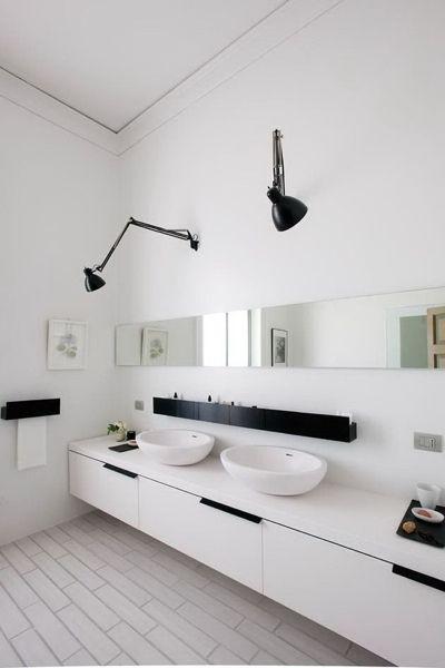 Bruk av linjer: speil, oppbevaringshylle over vask og lav men lang ...