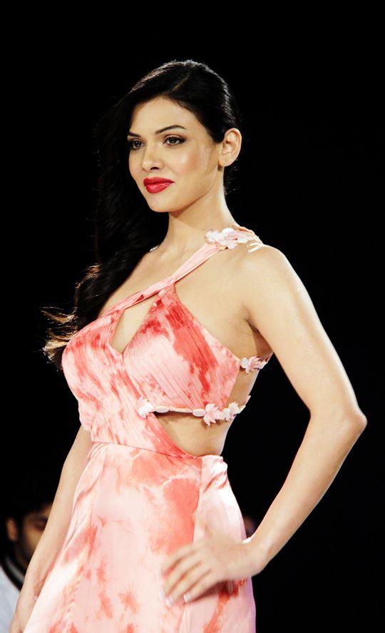 Sara Loren aka Mona Lizza #Bollywood #Fashion