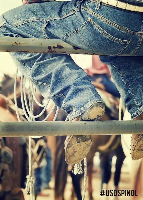 ¿Fuiste de visita a un rancho y te manchaste los jeans de estiércol? Pinol Original limpia la mancha. Aplica directo sobre la mancha, talla y enjuaga. #UsoPinol73