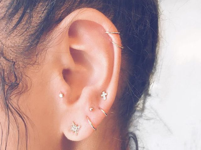 La última tendencia en piercings lleva una constelación a nuestras orejas