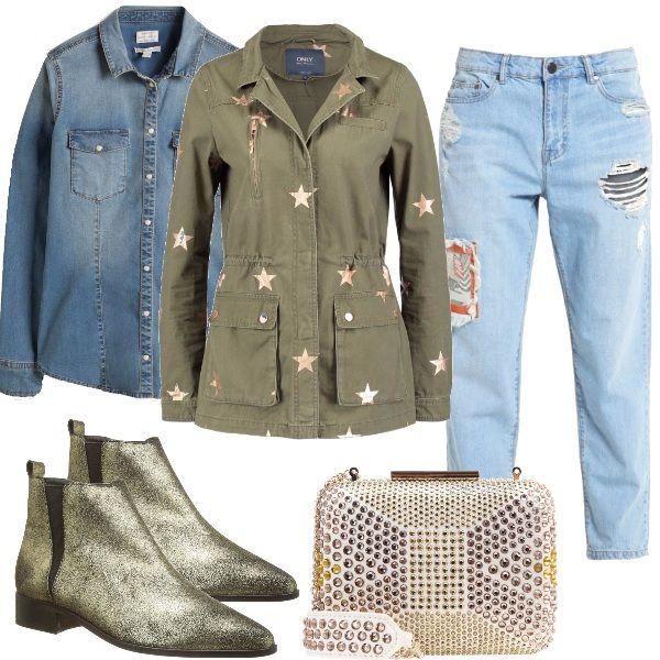 Splendida clutch, preziosa con borchie abbinata a jeans baggy con toppe, camicia in denim, giacca militare ingentilita da stelle dorate, stivaletti beatles dorati.
