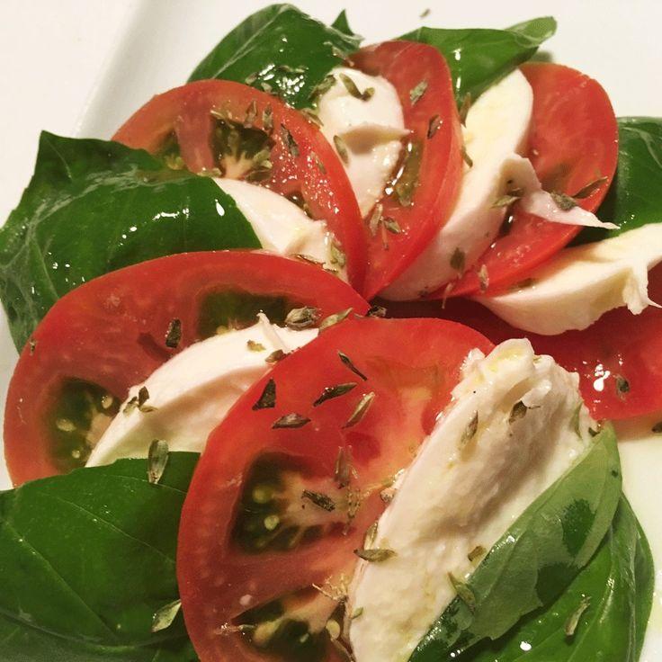 Hay ganas de fin de semana, pero también ganas de cuidarse  ¿Has probado nuestras ensaladas? Esta es la ensalada 'Caprese' ¡Muy rica!