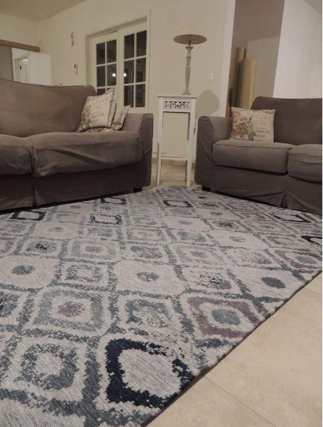Mooi retro tapijt. Met een retro tapijt breng je zo de vintage sfeer terug in uw interieur. Dit is een prachtig en kwalitatief tapijt met een stijlvol retro motief. Door zijn zachte grijze kleuren past het in vrijwel elk interieur. Ontdek de mooiste en voordeligste retro tapijten bij http://www.onlinemattenshop.be/nl/goedkope-tapijten/vintage-tapijten