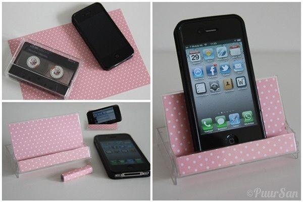 Resulta que cualquier cosa puede convertirse en un soporte de celular, como una caja de cassette. | 28 Trucos sin tecnología para tus electrónicos ultra tecnológicos