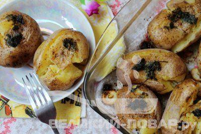 Картошка в мундире в духовке рецепт https://www.great-cook.ru/1046-kartoshka-v-mundire-v-duhovke-recept.html   Рецептов гарнира из картофеля много. Но, несмотря на огромное количество блюд, чаще всего готовим мы либо пюре, либо просто её отвариваем. Я предлагаю сделать вкусный и не совсем обычный гарнир – запечь картофель в мундире со специями в духовке. Для такого блюда лучше всего подойдёт молодая картошка, но и в конце зимы, когда остались старые запасы, оно тоже будет вкусным.
