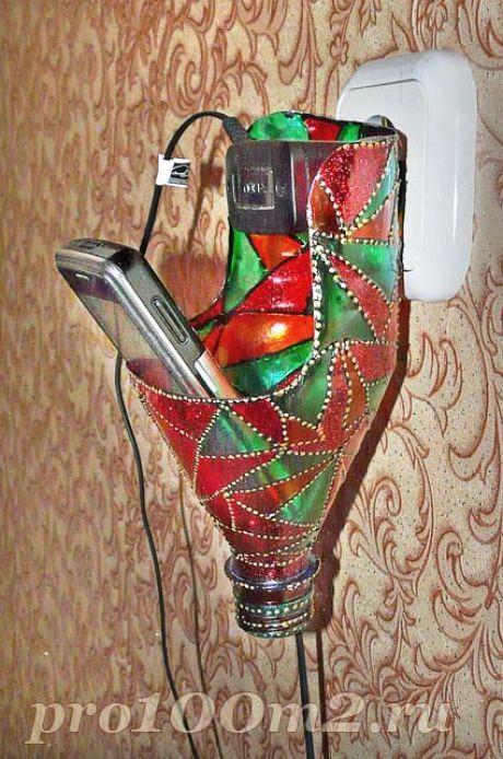 El soporte de la botella de plástico para el cargador de teléfono