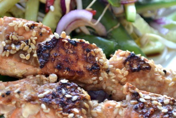 Slechts drie ingrediënten zijn nodig voor deze heerlijke Japanse zalmspiesjes. Zalm, sojasaus en sesamzaadjes, that's all! Super simpel en ook nog eens héérlijk! Snijd de zalm, rijg ze aan de satéstokjes, leg de zalmspiesjes in een hete koeken-/grillpan en schenk er beetje sojasaus overheen. Bestrooi met sesamzaadjes en bak ze in ongeveer 2 minuten per kant aan. Sneller kan niet toch? Met deze zalmspiesjes tover je echt iets lekkers op tafel. Lekker voor bij een salade, noedels of gebakken…