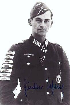 Günther Viezenz (1921 - 1999) Hauptmann en la Wehrmacht. Vienzez era el poseedor del récord de destrucción de tanques. Él sí solo destruyó 21 tanques enemigos con explosivos de mano tales como Panzerfaust, carga explosiva o granada de mano. Galardonado con cuatro Placas de oro y una de plata. insignia de asalto de infantería premios de plata de Destrucción de 21 tanques, para el combatiente individual 1 Plata 2º 4 Cruz de Hierro de Oro y Cruz de la Cruz de Hierro de 1ª Clase Caballero