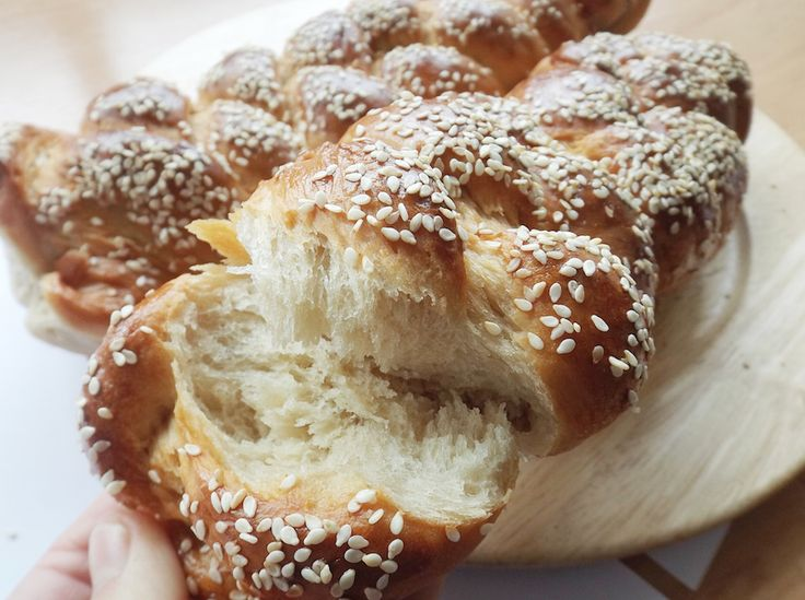 This is challah recipe, a braided bread. How to make a challah? HERE! Easy recipe for shabbat dinner.