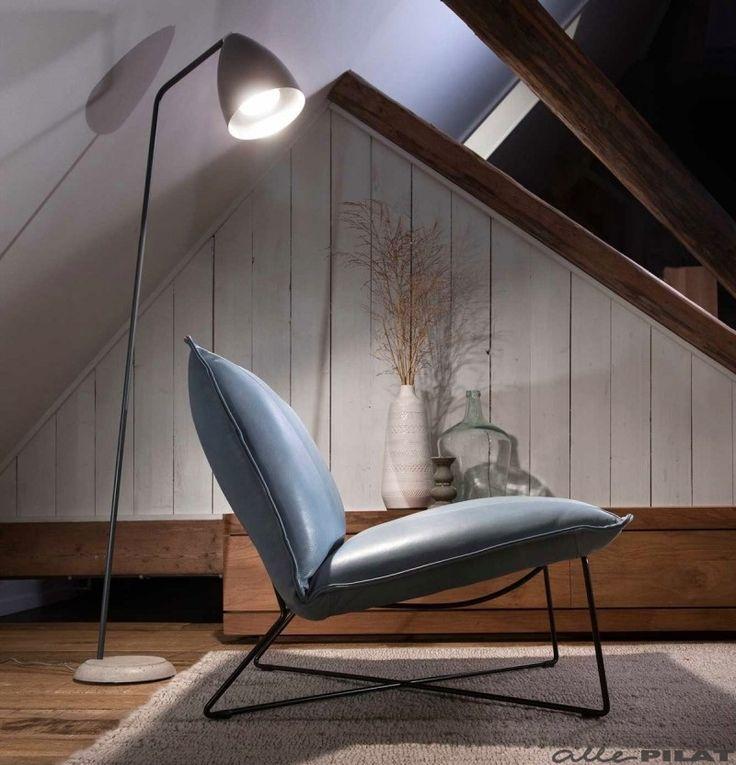 Lage blauwe leren fauteuil Earl in luxe leer en met stoer zwart frame - Woonwinkel Alle Pilat #interieur #leer #fauteuil #industrieel #wonen #blauw