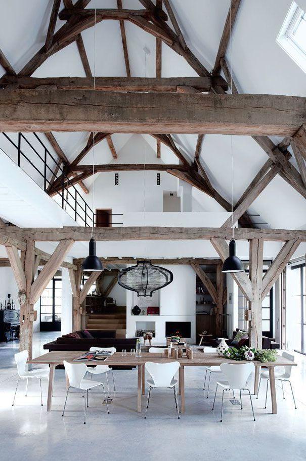 Holzbalken, heller Boden viel weiße Wandfläche, evtl etwas zu viele Holzbalken, wirkt unruhig