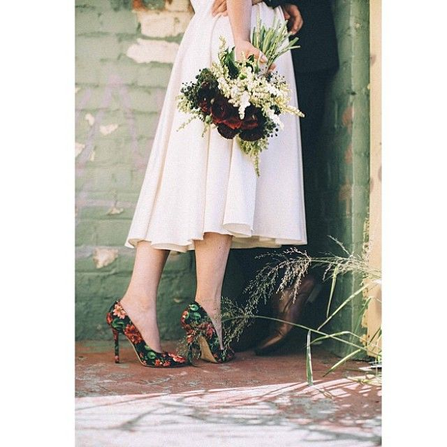 #ShareIG We could not pass on regramming this shot of a real bride holding @littlewrenflowers and captured by @rikki__jones photography. And those divine #shoes! #bridetobeloves #weddinginspiration