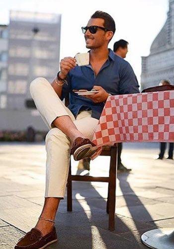 【夏】紺シャツ×ベージュパンツ×茶デッキシューズの着こなし(メンズ) | Italy Web