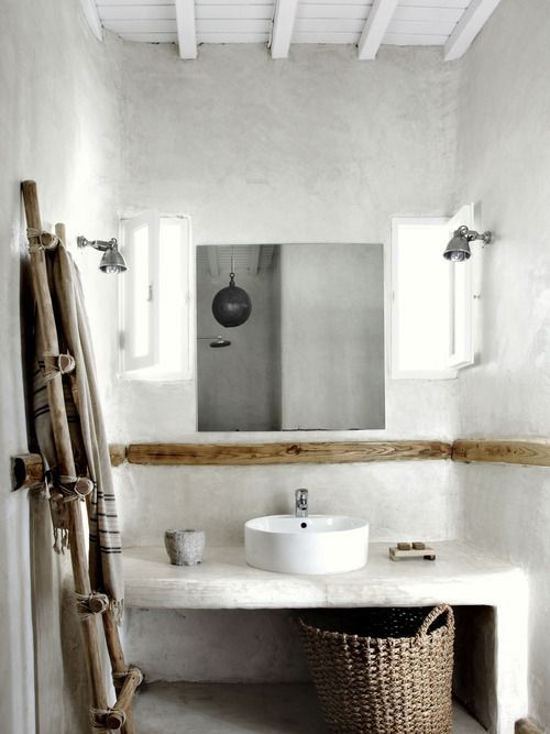 Dans cette salle de bain les murs et le plan toilette ont été enduits de tadelakt gris clair
