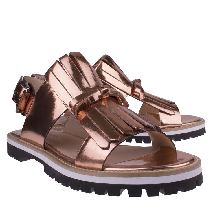 Elvio Zanon 4901 rosegoud sandaal plat casual  Fashionable sandaal van het merk Elvio Zanon model 4901 nude. Deze hippe sandalen zijn rosegoud gekleurd en vervaardigd van specchio leer wat een prachtige glans metallic uitstraling geeft. Deze exclusieve sandaal is voorzien van een trendy jamboreeklep over de voorvoet en heeft een stoere rubberen zwart met witte zool. Deze Elvio Zanon sandalen zijn voorzien van een verstelbare gespsluiting wat zorgt voor een goede aansluiting van de voet. Het…