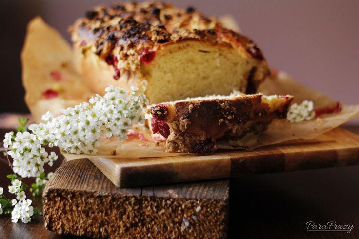 Puszyste ciasto drożdżowe z malinami i rabarbarem http://parafrazy.pl/ciasto-drozdzowe-z-rabarbarem-i-malinami/
