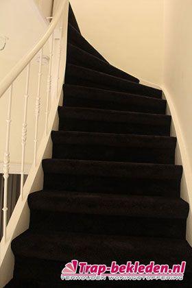 Dichte trap met Bonaparte Tapijt : Casa zwart met rubber ondertapijt.