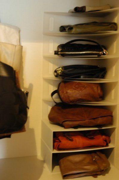 ファイルボックスは、縦に置くだけではありません。横に置くことで、スペースを有効利用できます。  注意点としては、ファイルが重みで変形してしまうため、重さがあるバッグを積み上げていかないこと。上の段は、軽いバッグがオススメです。