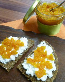APFEL-ORANGEN-KÜRBISMARMELADE -  Zutaten für 1 Glas:  500g Hokkaido Kürbisfleisch,  500g Äpfel (geschält und entkernt),  400ml Orangensaft,  1 Vanilleschote (das Mark),  80ml Zitronensaft,  700g Gelierzucker 2:1.   Hier geht's zur Zubereitung: http://behr-ag.com/de/unsere-rezepte/rezeptdetail/recipe/apfel-orangen-kuerbi.html