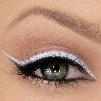 White and black eye liner.: Cat Eye, Eye Makeup, Black And White, Wings Eyeliner, White Eyeliner, Eye Liner, Green Eye, Black Cat, White Cat