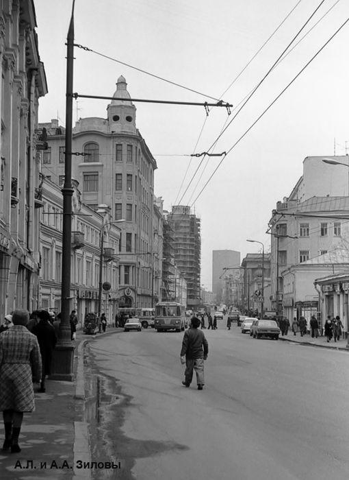 Арбат, вид улицы от дома 23 в сторону Смоленской площади. По Арбату идет троллейбус единственного на этой улице 39-го маршрута, 1980 год.