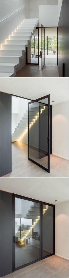 """Pivoterende stalen deur in zwart geanodiseerd aluminium met vast zijpaneel. ANYWAYdoors """"steel look"""" deuren worden steeds volledig op maat gemaakt."""