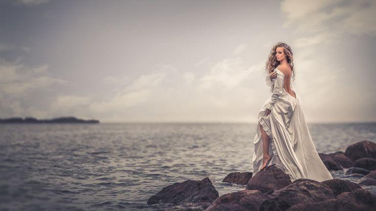 Скачать обои море, горизонт, платье, девушка, камни, раздел настроения в разрешении 1366x768