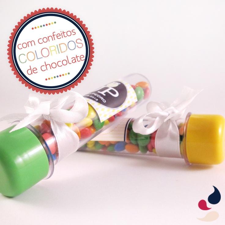Tubos de ensaio com tampinhas coloridas recheados de confeitos