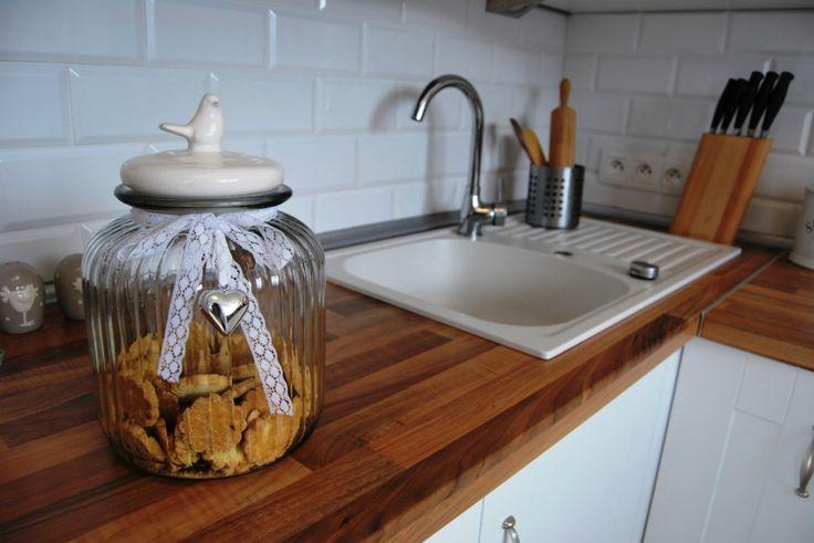 Biała kuchnia z drewnianym blatem.  White kitchen witch wooden worktable, white kitchen sink