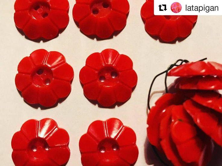 #Repost @latapigan (@get_repost)  Julröda plastknappar i blomform som passar till koftor och blusar från 40-50-talet. Diameter 2cm 14 st kostar 150:- med frakt inom Sverige. #latapigan #vintage #vintagebutton #vintageknitting #vintageknappar #knappar