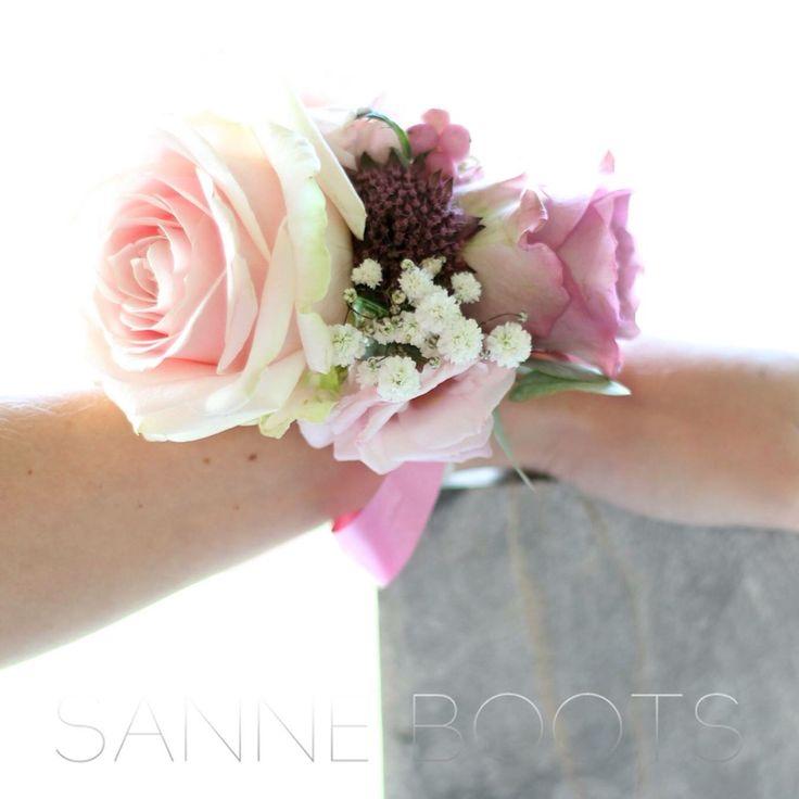 Gewaagde corsage voor om je pols. Ipv een bruidsboeket, speciaal voor een 'hands-on' bruid!