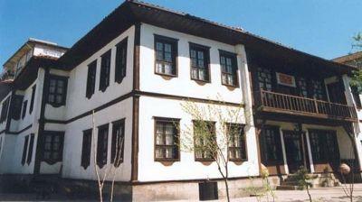 Yozgat'ta bulunan Yozgat Etnografya Müzesi, 1871 yılında yapılmıştır. Etnografik eserler, yöresel kadın, erkek giysileri, el yazmaları, eski telefon santralleri, manteyolu telefonlar, günlük kullanım eşyaları, bakır kap kacaklar, mutfak eşyaları, yayla yaşamını yansıtan çadır bulunmaktadır. #maximumkart #Yozgat  #TürkiyeMüzeleri #Türkiyetarihi #Türkiye #müzehaftası #müze #müzelerhaftası #tarihieserler #tarihiyerler #Turkey #eserler #YozgatEtnografyaMüzesi