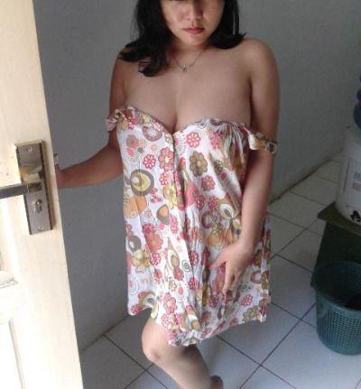 Gambar Bugil Foto telanjang Tante Fitri Di depan Pintu Terbaru