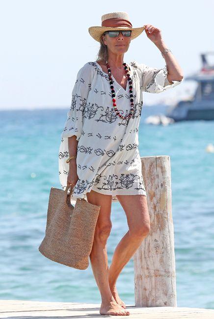 Carolina en St. Tropez en agosto de 2013 con un vestido muy sencillo, bolso y sombrero de rafia, collar largo y gafas de espejo.