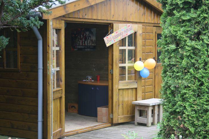 Het tuinhuisje werd het Lego Robbery House. Het feestje begint met het verhaal van boef Rex Fury. Lees dit op mijn website Het Creahofje. http://hetcreahofje.nl/Verhalen/Artikelen/2013/6/26_De_vrienden_van_Lego_Robbery_House.html