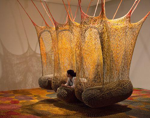 """坂井直樹の""""デザインの深読み"""": 「触覚を使って感じる作品」と語られるアートの中に入っていけるエルネスト・ネトの新作BOA。アマゾンの熱帯雨林に住む先住民族の儀式にインスパイアされた作品だ。"""