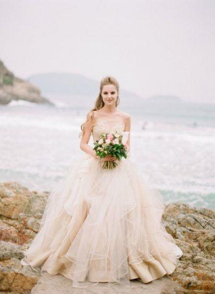 Such a romantic wedding dress. | O rochie de mireasa romantica!