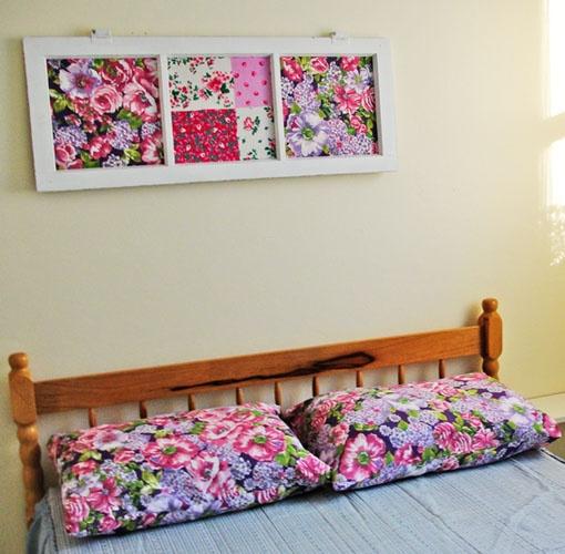 Janela de demolição com tecido... pode ser assim, romântica, ou em qualquer outro estilo. Depende mesmo é da estampa do tecido. E pode ser aplicado em todo tipo de janela. =)