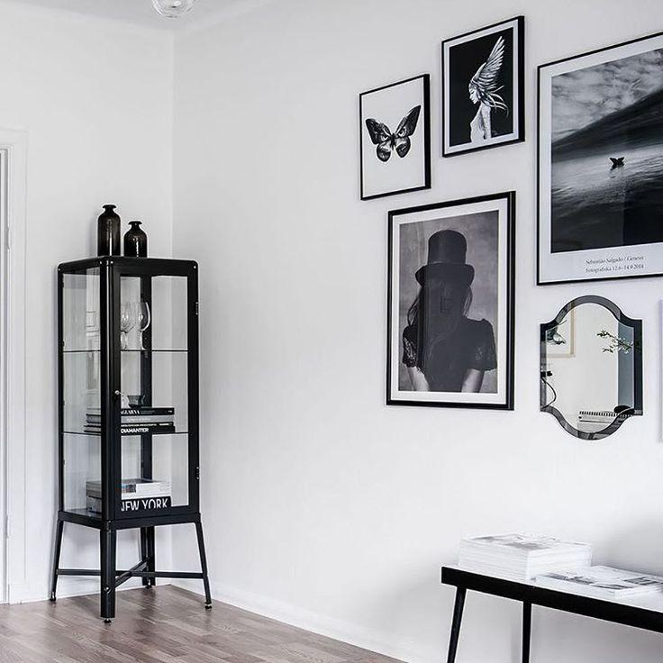 Detta skåpet är fiiint! Den kan du ha i vilket rum som helst med vilka snygga saker som helst i, t.ex. skor, vas, smycken... Finns i grönt också som kanske matchar soffan... Ikea 'Fabrikör' display cabinet @stilorum