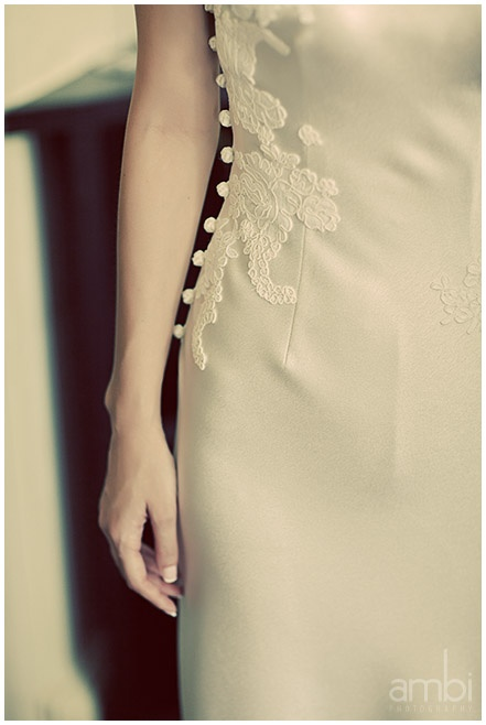 Beautiful detail on this cheongsam - tres chic