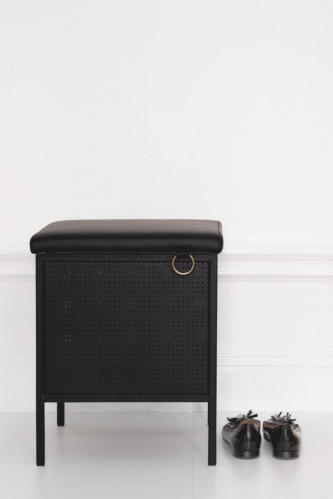 The Frank JR storage bench adds a stylish and classic touch to your home. With it´s neat design it is easy to find a place for it in almost any room. A big plus is you can use it for storage too.