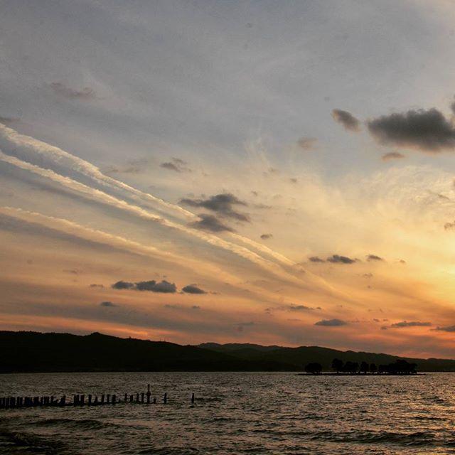 #湖#宍道湖#夕焼け#飛行機雲#青空#夕日と遊ぶ友の会 #過去pic  いつかの、飛行機雲。
