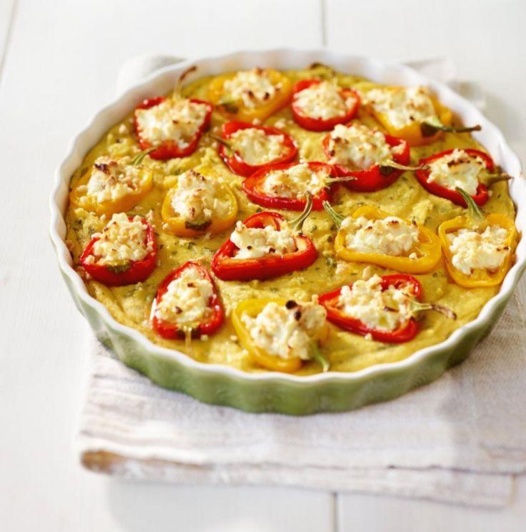 Heißer Hingucker, der satt und glücklich macht: junge kleine Paprika mit Kräuter-Käse-Füllung und Mandeln im Polenta-Bett.