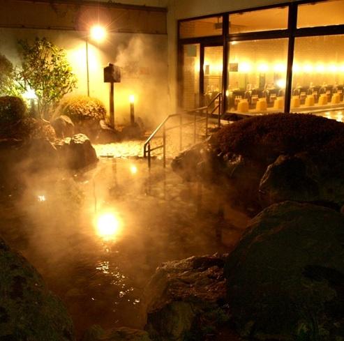 露天温泉岩風呂で身体の芯から温まろう。