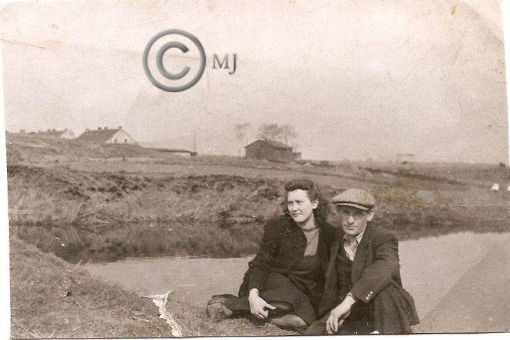 Para pozująca do zdjęcia przy jednym ze stawów na Georgshutte.W tle budynki ze Srokowca.Lata 60 XX wieku.( fot.ze zbiorów Henryka Nikisza)