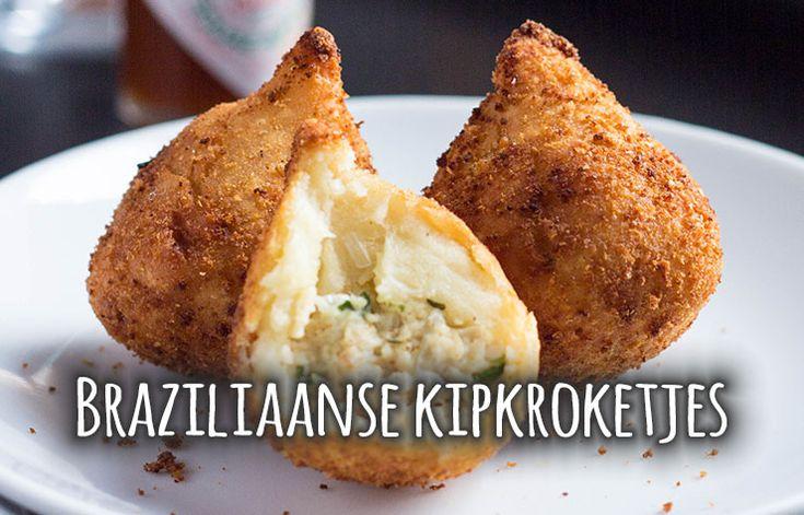 Deze Braziliaanse kipkroketjes zijn echt onweerstaanbaar lekker! Ze worden traditioneel 'Coxhinas' genoemd en gemaakt in de vorm van een druppel. De conxhina heeft een buitenkant van aardappel- en tarwedeeg en wordt gevuld met een mengsel van kip en roomkaas. Van dit recept maak je ongeveer 20 stuks.