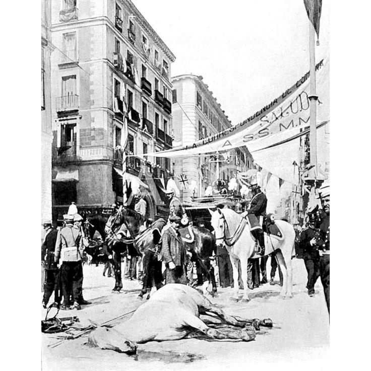 FOTO DEL ATENTADO COMETIDO POR EL ANARQUISTA. MATEO MORRAL CONTRA LOS REYES DE ESPAÑA, EN LA CALLE MAYOR, DE MADRID. EN LA IMAGEN, MOMENTOS DESPUÉS DEL SUCESO: 31/05/1906