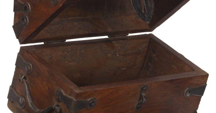 Como decorar um baú de madeira para ser usado como uma caixa de cartões de casamento. A tampa arredondada com dobradiças em um baú de madeira faz lembrar dos piratas e suas pilhas de ouro. Inclua o tema de baú dos tesouros nos enfeites de seu casamento e decore um que você possa usar com uma caixa para os cartões do casamento. Quando decidir o modelo, uma visita à loja local de artesanato irá garantir todos os materiais que você ...